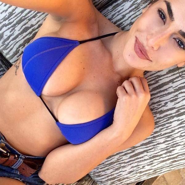 Scharfe Brüste hat das hübsche Mädchen zu bieten